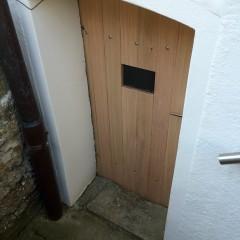Alte Kellertüre erneuert in massiver Lärche